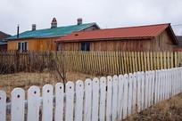 白色木栅栏农家院