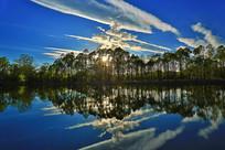 清澈湖水彩云飘