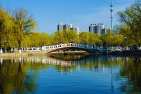燕山大学燕鸣湖上石桥与建筑群