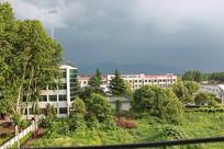 暴雨来临前的村庄