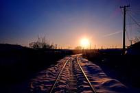 穿越林场的铁路暮色