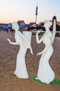 雕塑背篓背伞的短褂长裙男女