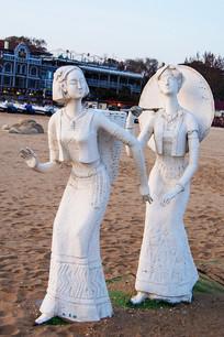 雕塑背篓背伞的少数民族男女