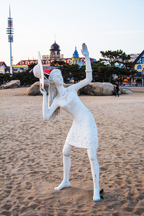 雕塑挥手举草帽的连衣裙女人