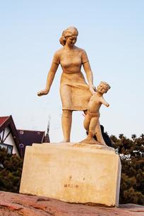 雕塑年轻女人牵着奔跑儿童