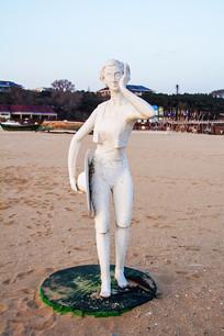 雕塑捧腮拿草帽的短裤卷发男人