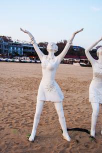 雕塑张开双臂的女人