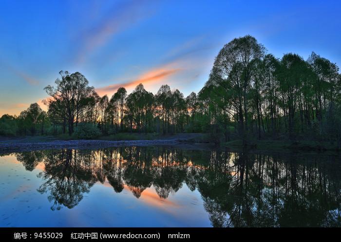 大兴安岭湖泊暮色图片