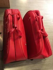 两个红色鳄鱼皮行李包