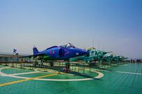 泰达航母甲板上的一排飞机