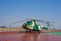 泰达航母甲板上的直升飞机