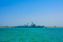 大海与重庆号巡洋舰远景平视图