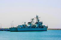 海边的重庆号巡洋舰近景