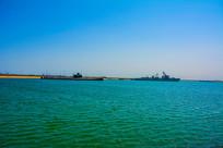 大海岸边停泊的潜艇与军舰