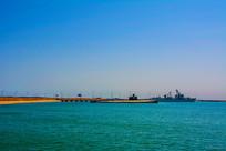 大海海岸与停泊的军舰潜艇