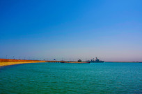 大海海岸与停泊的潜艇军舰