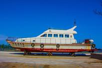 海岸上停放的游艇