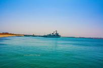 海边的重庆号巡洋舰远景平视图