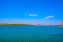 大海与岸边停泊的潜水艇