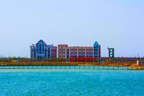 航母公园大海与对岸建筑