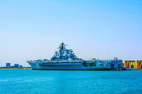 停泊在海岸的基辅号航空母舰