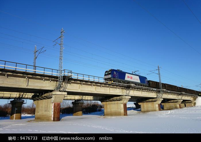 桥梁上的和谐号货运列车图片