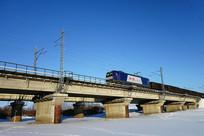 桥梁上的和谐号货运列车