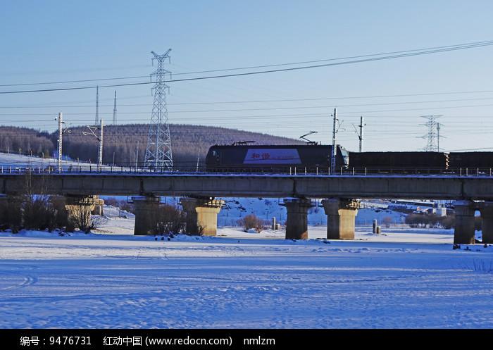 桥梁上的货运列车 图片