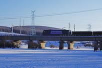 桥梁上的货运列车