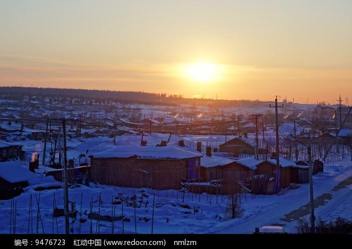 市郊农村农家雪景暮色 图片