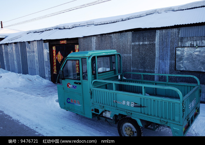 市郊农家门口的农用车 图片