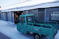 市郊农家门口的农用车