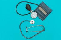 放在桌上的医疗工具