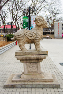 古代神兽枭羊右侧全景雕塑
