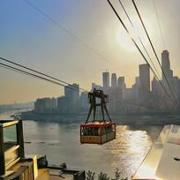 缆车上的城市日落