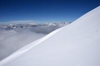 四姑娘山二峰的雪山与云海