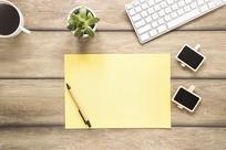办公桌上的黄色卡纸