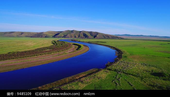 草原河畔绿色牧场羊群 图片