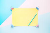 空白的卡纸和彩色铅笔在桌子上