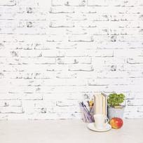 书桌和杯子靠近墙壁的桌面