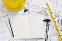 安全帽和建筑图纸图片