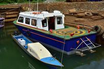 快艇和小船停靠在大海岸边