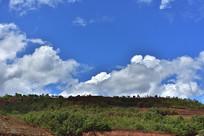 蓝天白云下的山谷