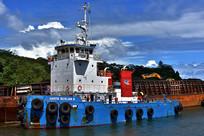 蓝天白云下轮船停靠在大海岸边