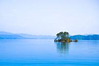 清晨的湖中独立的小岛