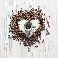 心形咖啡豆围绕咖啡杯