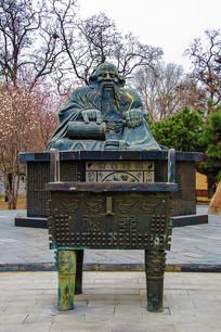春秋时道家创始人老子雕像全景