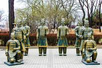 秦始皇兵马俑群雕蹲立铜像全景