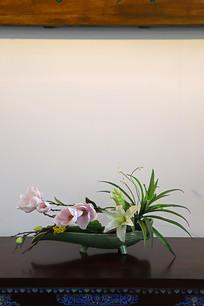 桌子上摆放的插花