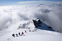 攀登四姑娘山二峰的队伍